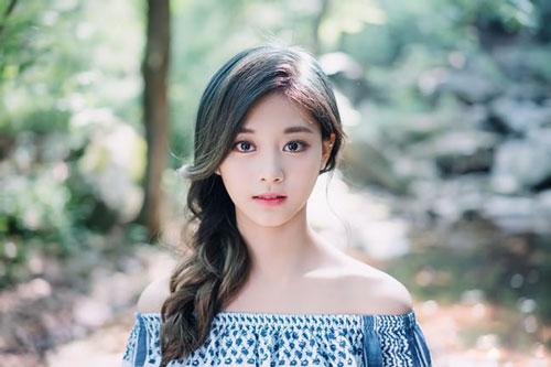 Năm 2012, cô được phát hiện tài năng tại MUSE Performing Arts Workshop ở Đài Nam và chuyển đến Hàn Quốc vào ngày 15/1/2012 để tham gia thực tập.