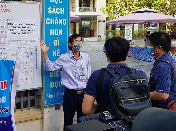Phụ trách điểm thi tại Trường THPT Trần Phú giải thích với báo chí quy định không có nhiệm vụ không được vào trong điểm thi