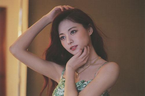 Theo thống kê của Gallup Hàn Quốc, Tzuyu là thần tượng nổi tiếng thứ ba trong giới trẻ Hàn Quốc năm 2016, sau Taeyeon và IU.