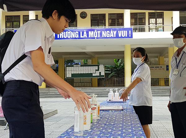Tất cả thí sinh đều được yêu cầu rửa tay sát khuẩn...