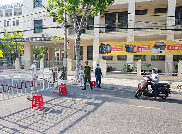 hàng rào bảo vệ được thiết lập cách cổng các điể thi 50m, những người không có nhiệm vụ đều không được vào