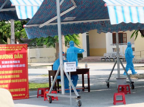 """Tại điểm thi """"đặc biệt"""" ở Trường THPT Vỗ Chí Công, tất cả mọi lực lượng làm nhiệm vụ từ huwongs dẫn thí sinh..."""