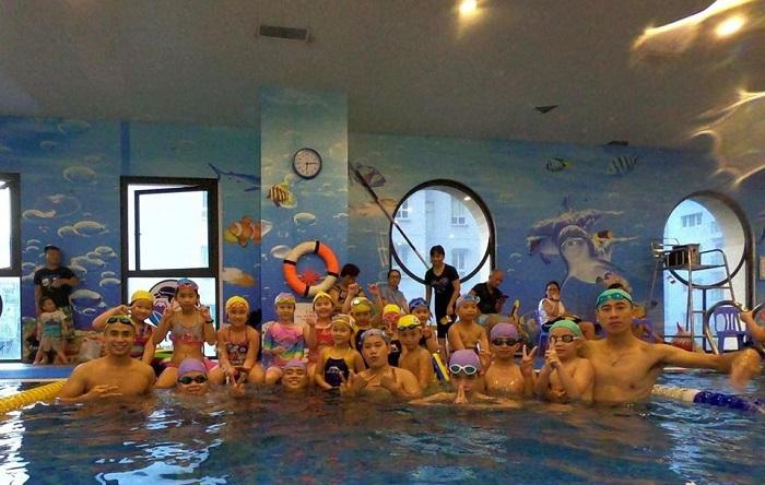 Một lớp học bơi của Fuji Swimming Club.