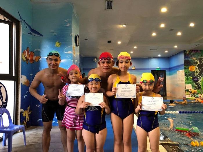 Fuji Swimming Club còn chú trọng lồng ghép các nội dung giáo dục như: chào hỏi, ý thức tuân thủ quy định,…