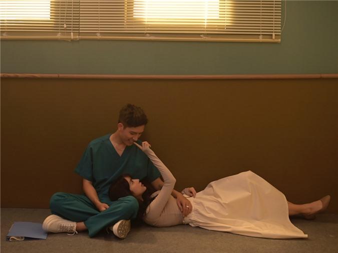 Nội dung MV thể hiện qua hình ảnh người bác sĩ trẻ chiến đấu nơi tuyến đầu chống Covid-19, chấp nhận sống xa vợ con. Giữa tình yêu đôi lứa, tình thương gia đình, tình đồng nghiệp, tình yêu đất nước, người bác sĩ phải lựa chọn và hy sinh bản thân vì công việc chung.