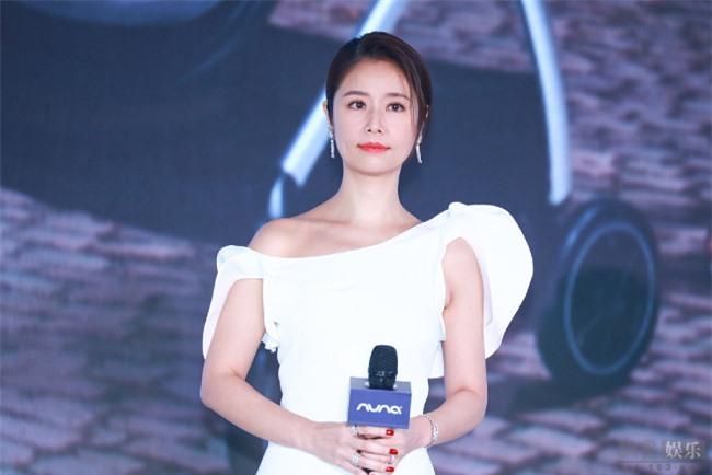 Trong buổi họp báo, nữ diễn viên trò chuyện về việc nuôi dạy trẻ. Cô cho biết ở nhà cô là mẹ hổ, Hoắc Kiến Hoa là bố mèo vì hay chiều con gái.