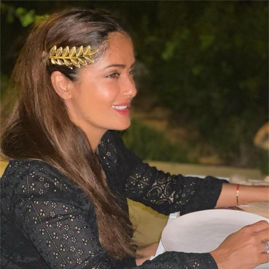 Nhân dịp sinh nhật, Salma đi du lịch ở Hy Lạp với chồng con. Nữ diễn viên như cô gái đôi mươi trong trang phục của người bản địa khi dự tiệc tại đây.