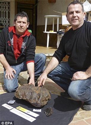 """Cậu bé nhặt được hòn đá xấu xí mang về nhà vứt xó, 30 năm sau gia đình choáng váng khi phát hiện đó là """"báu vật"""" trị giá 115 tỷ đồng - Ảnh 2."""