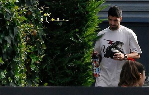Suarez lững thững cầm đồ uống sang nhà Messi