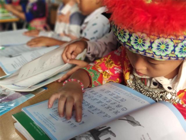 Tặng 20.000 cuốn sách giáo khoa lớp 1 cho học sinh có hoàn cảnh khó khăn - Ảnh 2.