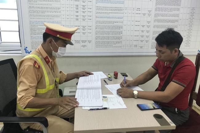 Tài xế làm việc với Cảnh sát giao thông (Ảnh: TTXVN)