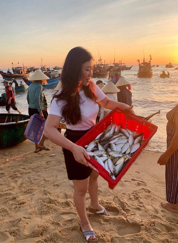 Du khách thích thú với chợ cá ở làng cát Nhân Trạch.