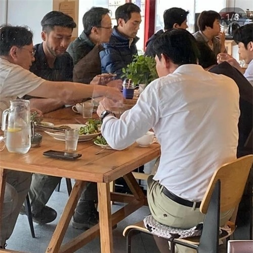 Hyun Bin (thứ hai từ trái sang) ăn cơm cùng đoàn phim.