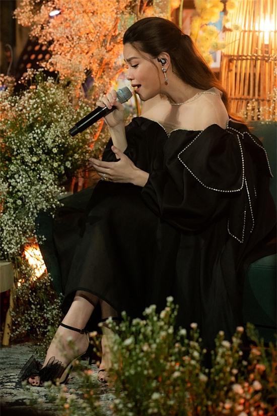 Minishow thuộc chuỗi dự án Love Songs 2020 của Hồ Ngọc Hà. Dù tổ chức hình thức phát online, cô và êkíp đầu tư không gian, ban nhạc