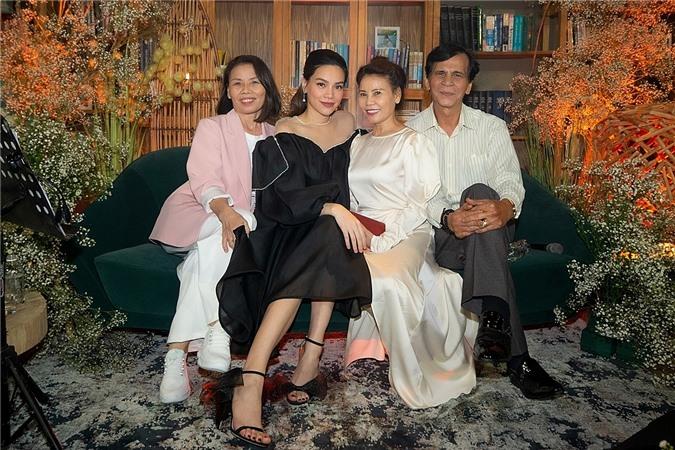 Bố mẹ (phải) và dì ruột là khán giả quen thuộc trong các minishow của Hồ Ngọc Hà.
