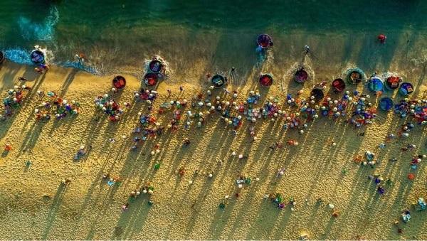 Chợ cá tanh nồng ven biển cũng hấp dẫn du khách mỗi sớm mai.