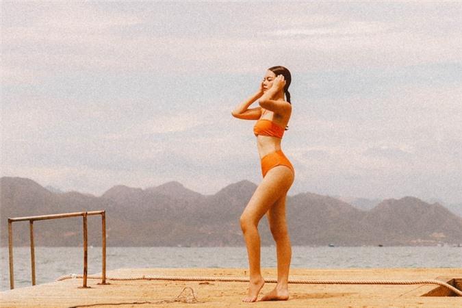 Trong dịp thực hiện MV Nói với người đến sau ra mắt hôm 26/8, Phạm Quỳnh Anh tranh thủ chụp ảnh với bikini trong cảnh thiên nhiên thơ mộng tại Cam Ranh.