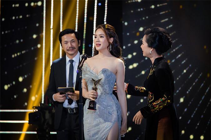 Hồng Diễm vượt qua bốn người đẹp khác bao gồm Phương Oanh, Diễm My 9x, Lã Thanh Huyền và Quỳnh Kool để giành giải Nữ diễn viên ấn tượng của VTV Awards năm nay với vai Khuê trong phim Hoa hồng trên ngực trái.