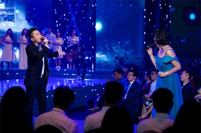 Ca sĩ Tùng Dương và ca sĩ Mỹ Linh hòa giọng trong một tiết mục góp vui cho chương trình.