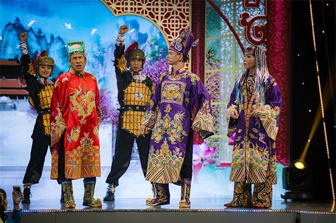 Dàn nghệ sĩ Táo quân bao gồm Quang Thắng, Xuân Bắc, Công Lý... tái hiện sân chầu đêm 30 Tết trên sân khấu VTV Awards.