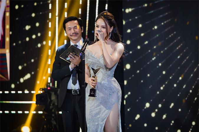 Giọng nghẹn ngào, Hồng Diễm nói đây là lần thứ ba cô nằm trong danh sách Top 5 đề cử nhưng bây giờ may mắn mới mỉm cười. Nữ diễn viên gửi lời cảm ơn đến đơn vị sản xuất, êkíp làm phim, khán giả và gia đình vì đã ủng hộ mình.
