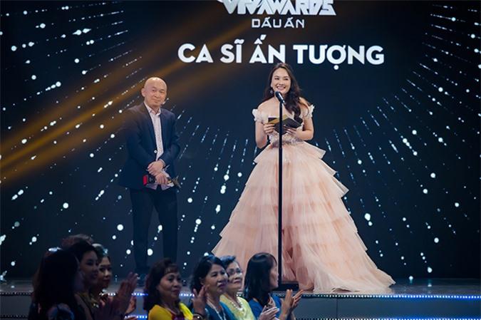 Diễn viên Bảo Thanh mặc váy công chúa, sánh bước bên nhạc sĩ Quốc Trung xướng tên hạng mục Ca sĩ ấn tượng.