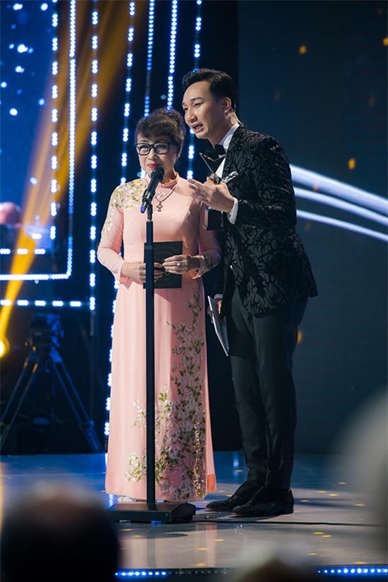 MC Thành Trung đồng hành với MC Kim Tuyến trao giải Dẫn chương trình ấn tượng. Năm nay, anh cũng nằm trong danh sách đề cử nhưng xin rút vì từng hai lần đoạt giải.