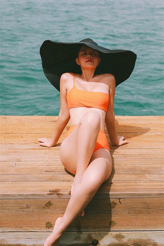 Trong dịp thực hiện MV Nói với người đến sau - ra mắt hồi 26/8, Phạm Quỳnh Anh tranh thủ chụp ảnh với bikini trong cảnh thiên nhiên thơ mộng tại một resort ở Cam Ranh.