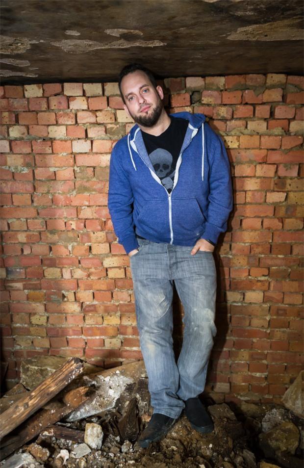 Simon đứng ở bên trong boongke.