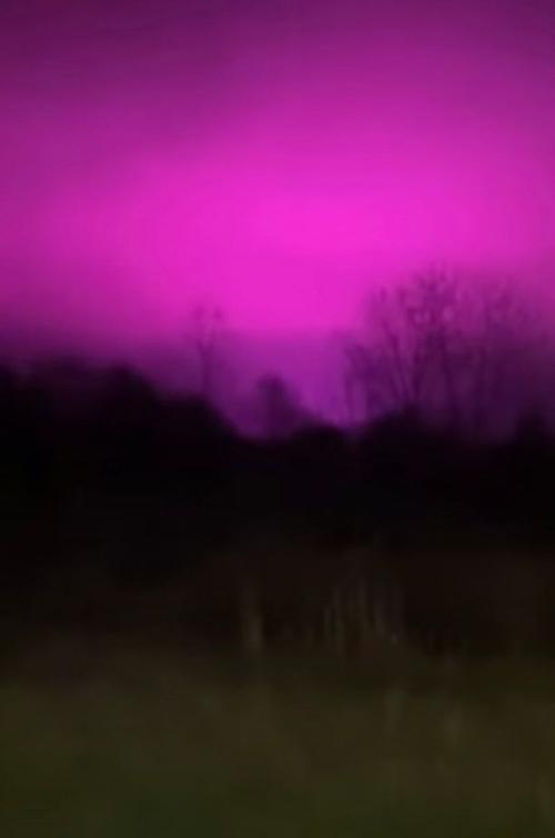 Bầu trời hồng rực trong hình elip kỳ lạ