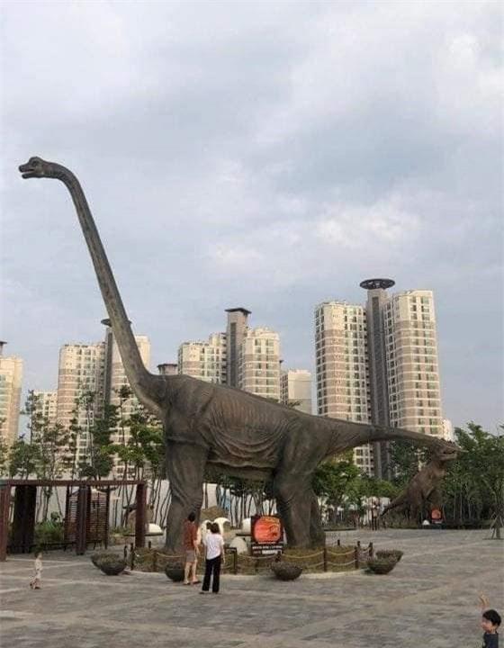 Cứ tưởng chú khủng long đứng quá lâu mỏi cổ phải gục xuống nghỉ nhưng lý do thực sự phía sau khiến ai cũng bất ngờ - Ảnh 1.
