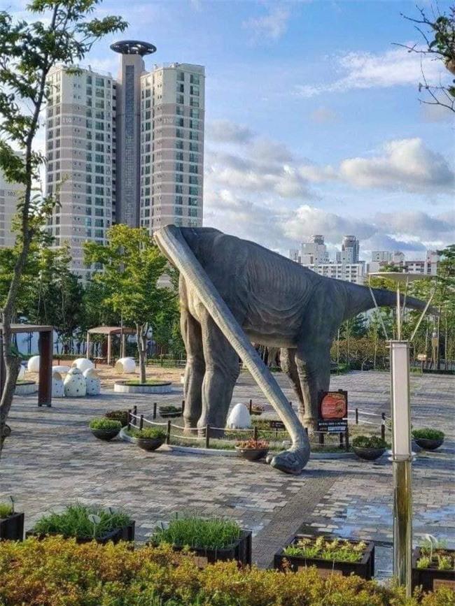 Cứ tưởng chú khủng long đứng quá lâu mỏi cổ phải gục xuống nghỉ nhưng lý do thực sự phía sau khiến ai cũng bất ngờ - Ảnh 2.