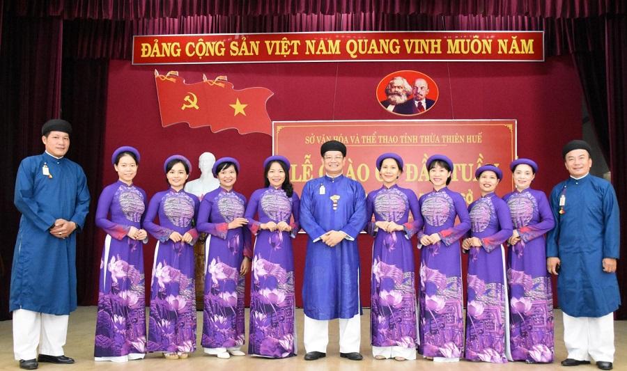 Cán bộ, công chức nam, nữ của Sở Văn hóa và Thể thao tỉnh Thừa Thiên Huế trong trang phục Áo dài truyền thống tại Lễ Chào cờ tập trung tháng 9/2020.