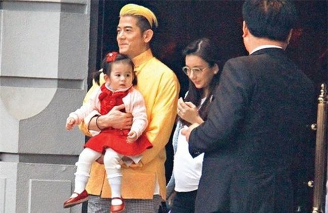 Quách Phú Thành bế con gái lớn, thời điểm vợ bầu bé thứ hai.