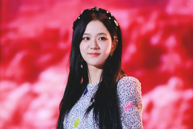 """Ngày 8/8/2016, cô chính thức ra mắt với Blackpink với single Square One gồm 2 bài hát """"BoomBayah"""" và """"Whistle."""