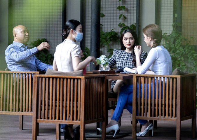 Hoa hậu Hương Giang đến sau. Đây là lần đầu hai người đẹp gặp gỡ với tư cách các doanh nhân bàn kế hoạch hợp tác chung.