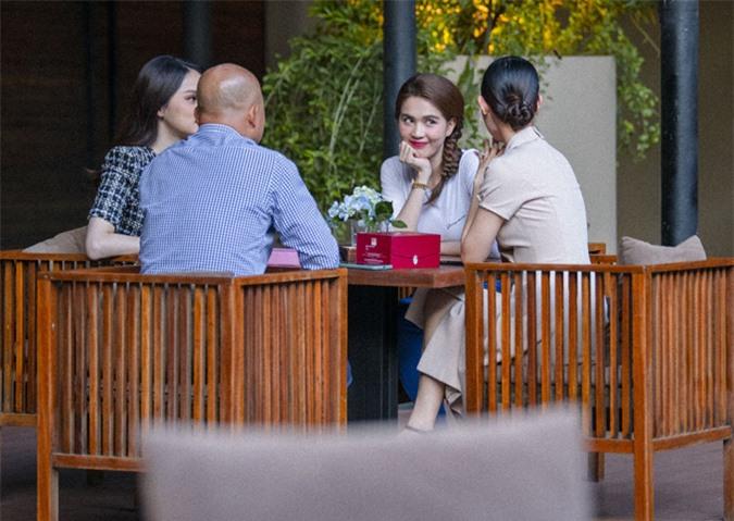 Cả Ngọc Trinh và Hương Giang đều quan tâm tới lĩnh vực mỹ phẩm, làm đẹp. Hương Giang hiện là gương mặt đại diện và giám đốc điều hành một thương hiệu son kem lỳ.