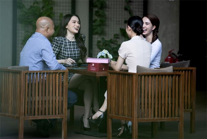 Hai người đẹp cười tươi hết cỡ khi trò chuyện, bàn công việc cùng nhau.