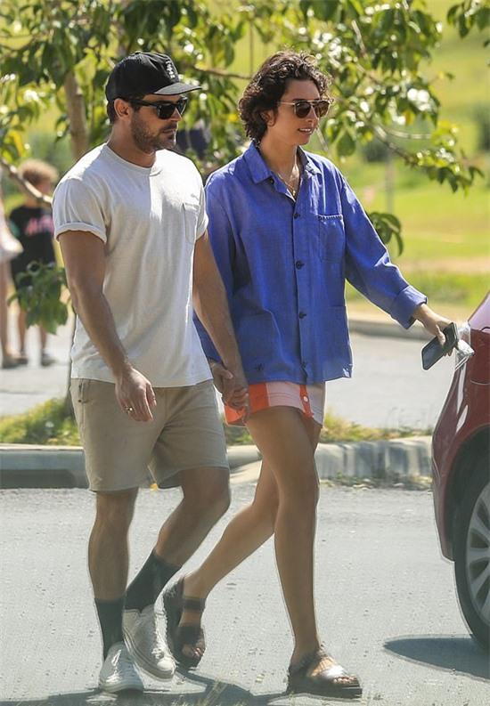 Zac Efron và bạn gái mới Vanessa Valladares tay trong tay đi dạo ở vịnh Byron cuối tuần qua.