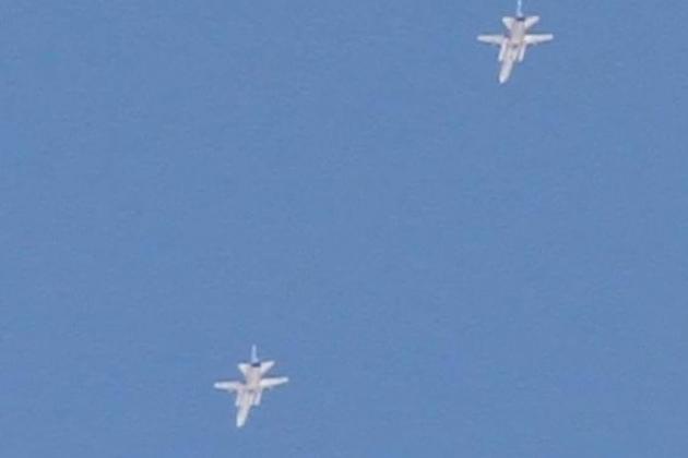 Hai chiếc máy bay ném bom tiền tuyến Su-24M bị phát hiện trên bầu trời Libya. Ảnh: Al Masdar News.
