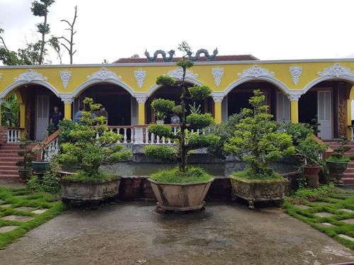 Căn nhà của anh Tuấn được ráp lại từ nhiều căn nhà cổ khác.