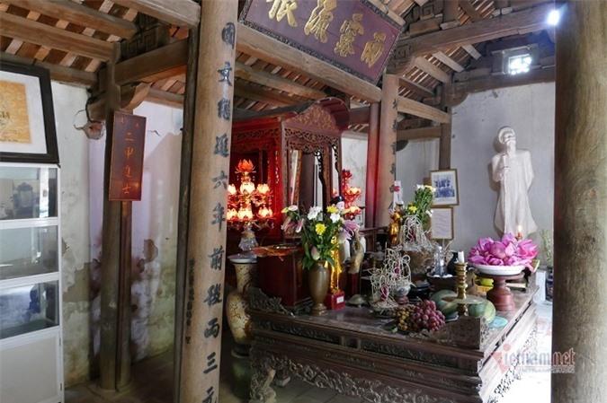 Hậu cung thờ di ảnh nhà thơ Nguyễn Khuyến cùng nhiều kỷ vật có giá trị.