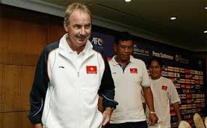 Cựu HLV tuyển Việt Nam Alfred Riedl qua đời ở tuổi 71 - Ảnh 1.