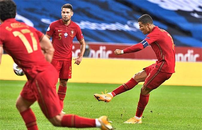 Ronaldo ghi bàn đẹp mắt từ chấm đá phạt hàng rào