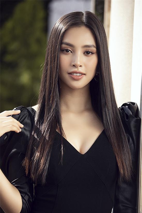 Hoa hậu Việt Nam 2018 - Tiểu Vy biết yêu hồi học lớp ba. Cô thích anh chàng lớp trên vì ngoại hình 'trắng, xinh' và nhờ bạn chuyển thư, xin nick yahoo.