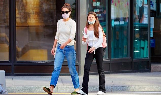 Nữ diễn viên Batman Begins một mình nuôi dạy con gái gần 10 năm qua từ khi cô và Tom Cruise ly hôn. Katie không vội tái hôn mà dành hết tâm huyết và tình yêu thương cho con gái nhỏ.