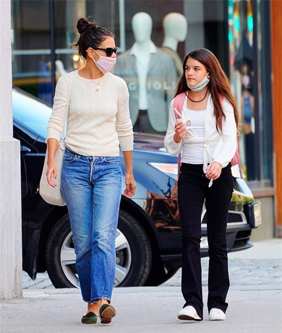 Katie tiết lộ rằng Suri lớn lên là một cô bé cởi mở, vui vẻ và rất chăm chỉ, nỗ lực. Con gái tuổi teen giống như một người bạn thân thiết của nữ diễn viên, chia sẻ những sở thích cùng nhau.