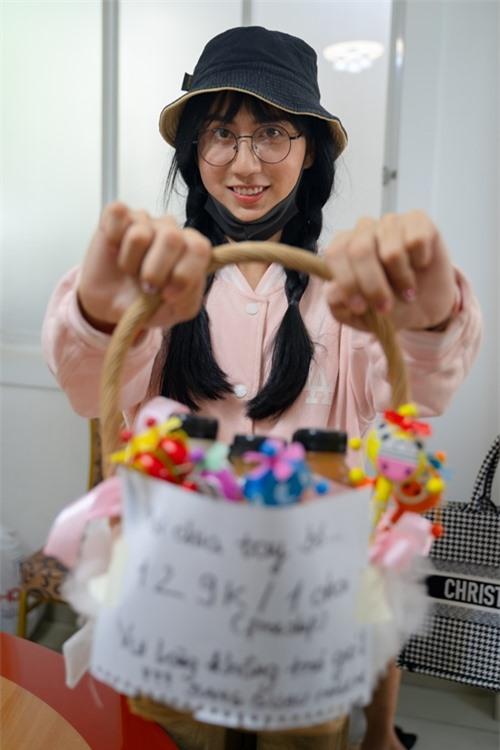Để nhập vai cô gái bán nước dạo trong trường đại học, nữ ca sĩ mặc giản dị, tết tóc hai bên, đeo kính, đội mũ và đeo khẩu trang.