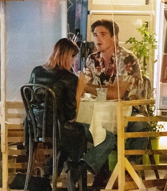 Cặp đôi rời nhà hàng và đến một quán cafe.