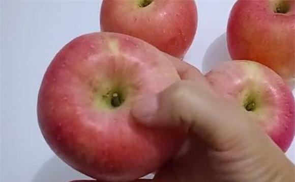 Hãy thử ấn tay vào táo giúp chọn táo ngon